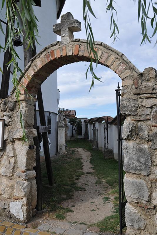 Mauerbogen zum Museumsfriedhof