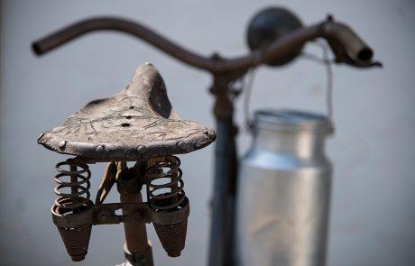 Altes Fahrrad mit Milchkanne im Dorfmuseum Mönchhof