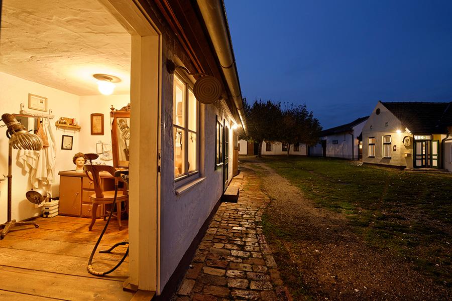 Frisiersalon am Abend im Dorfmuseum Mönchhof