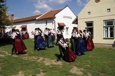 Volkstanzgruppe im Dorfmuseum Mönchhof
