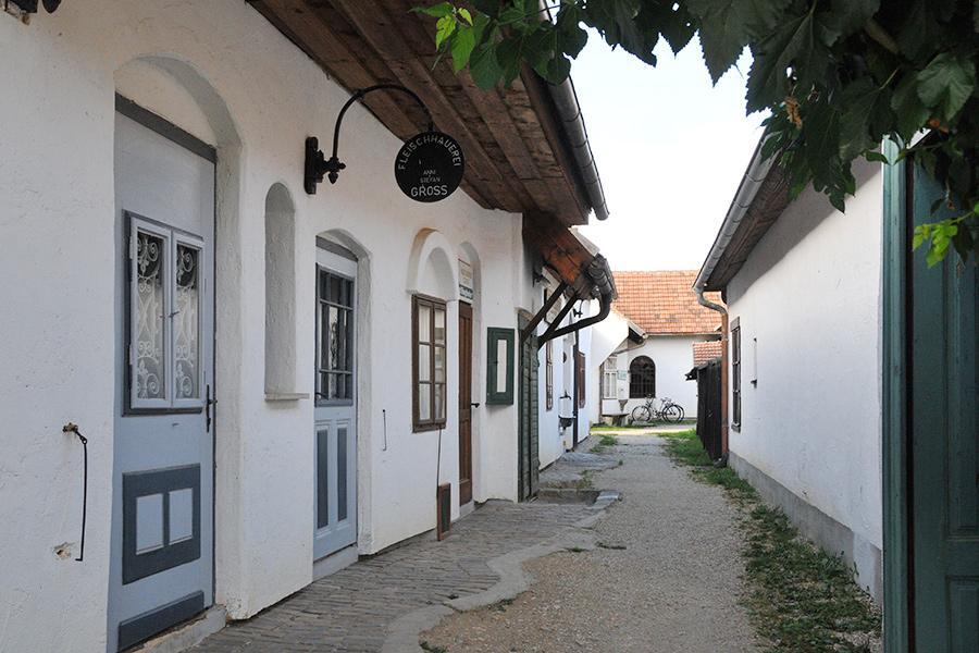 Zeile mit Geschäften im Dorfmuseum Mönchhof