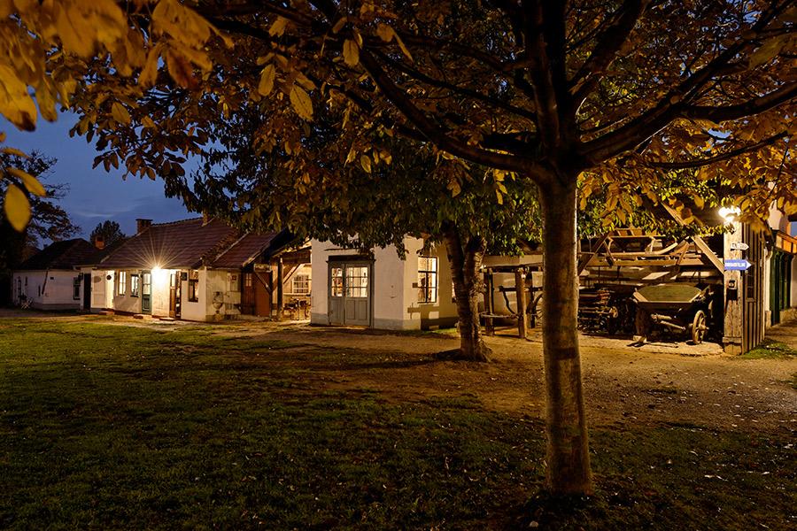 Abendstimmung am Dorfplatz im Dorfmuseum Mönchhof