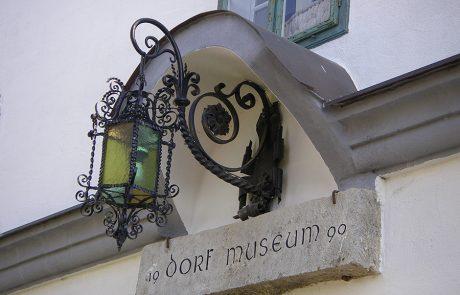Laterne über dem Eingang zum Dorfmuseum Mönchhof
