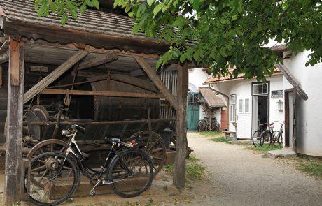 Tschardake und Fahrräder im Dorfmuseum Mönchhof